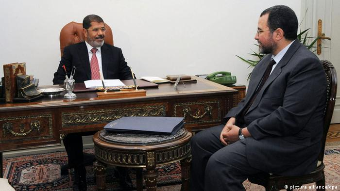 epa03316039 A Handout photograph released by the Egyptian Presidency on 21 July 2012, shows Egyptian President Mohamed Morsi meeting with Hisham Qandil, at the presidential palace, in Cairo, Egypt, 21 July 2012. According to media reports on 24 July 2012, Egyptian President Morsi appointed Minister of Water and Irrigation Hisham Qandil as Prime Minister on 24 July and asked him to form a new government, a presidential spokesman said according to state media. EPA/EGYPTIAN PRESIDENCY/HANDOUT HANDOUT EDITORIAL USE ONLY/NO SALES +++(c) dpa - Bildfunk+++