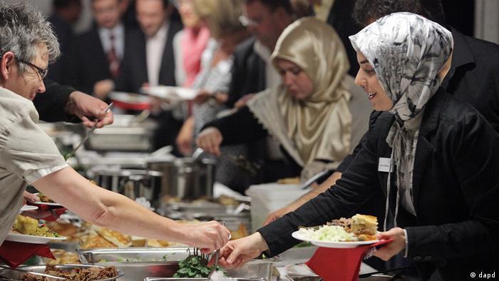 Muslime und Christen bei einem gemeinsamen Essen.