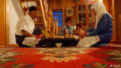 Die Familie Hamidovic isst gemeinsam in Vukovije (Bosnien-Herzegowina) das Iftar-Mahl. - Foto: Amel Emric/AP/dapd