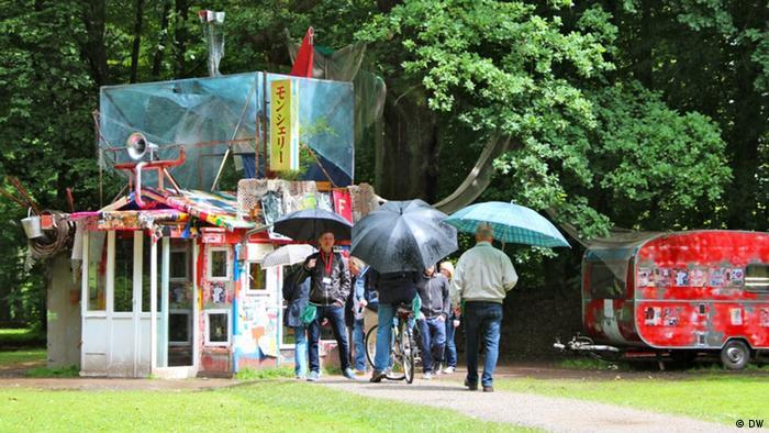 Über 160 Künstler wurden nach Kassel eingeladen und noch nie war der Anteil von Kunst im Freien so groß. Das Meiste davon ist verstreut in der 125 Hektar großen Karlsaue. (Foto: DW)