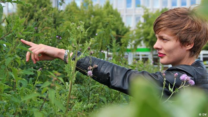 Die junge deutsche Künstlerin Kristina Buch ist mit ihrem Werk The Lover auf der documenta 13 vertreten. Sie setzt auf einem Beet selbstgezüchtete Schmetterlinge aus. (Foto: DW)