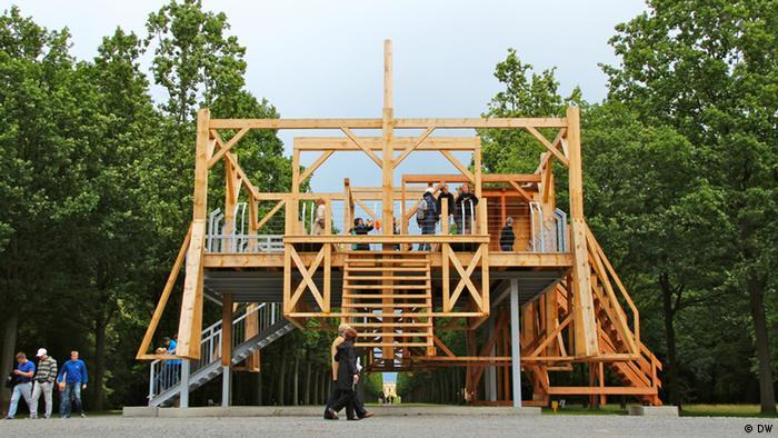 Der Künstler Sam Durant hat für die documenta ein Klettergerüst errichtet, das sich bei näherem Hinsehen als gigantisches Schafott entpuppt. (Foto: DW)