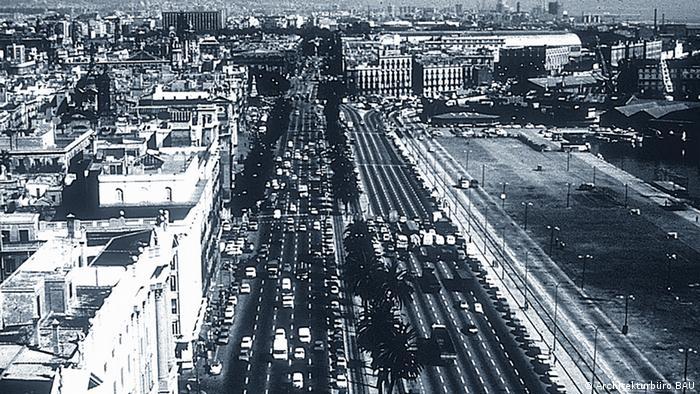 Schwarz-Weiß-Foto der zehnspurigen Stadtautobahn in Barcelona vor dem Rückbau im Rahmen des Stadtumbaus vor den Olympischen Spielen 1992. (Foto: Architekturbüro BAU)