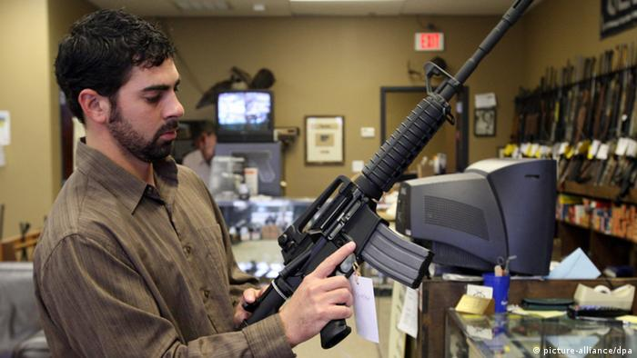 Thu, 13 Nov 08 (mdm2ar3). Allen Bobbitt, 29, of Jackson, MS is a gun owner. He is seen browsing in the Gun Exchange in Olive Branch Thursday. He is looking at an Bushmaster M4 Patrol rifle. For the last week, according to store owners, buyers have besieged gun stores across the nation, afraid that the president-elect will push to ban certain weapons or press for outrageous tax on ammunition. Foto: Commerical Appeal/Mike Maple /Landov +++(c) dpa - Report+++