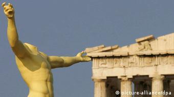 ARCHIV - Die Nachbildung einer antiken Statue steht am 09.08.2004 auf der Akropolis in Athen. Die Schulden Griechenlands dürften nach einer neuen EU-Prognose in den nächsten Jahren völlig aus dem Ruder laufen. Die gesamtstaatliche Verschuldung werde 2012 und 2013 jeweils knapp 200 Prozent des Bruttoinlandsprodukts erreichen. Das geht aus der Herbstprognose der EU-Kommission vor, die am Donnerstag 10.11.2011 in Brüssel veröffentlicht wurde. Foto: Stylianos Axiotis +++(c) dpa - Bildfunk+++