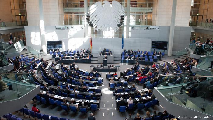 ARCHIV - Abgeordnete sind am 19.07.2012 in Berlin zu einer Bundestags-Sondersitzung zusammengekommen. Das Bundesverfassungsgericht entscheidet am Mittwoch (25.07.2012), ob das Wahlrecht für den Bundestag gegen das Grundgesetz verstößt. SPD, Grüne und mehr als 3000 Bürger hatten in Karlsruhe geklagt. Zentraler Streitpunkt sind die Überhangmandate, von denen in der Regel die großen Parteien profitieren. Foto: Maurizio Gambarini dpa +++(c) dpa - Bildfunk+++