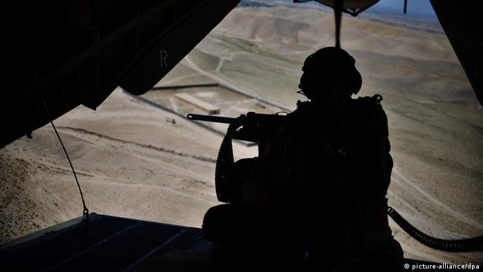 Bundeswehrsoldat in Hubschrauber über Afghanistan (Foto: dpa)