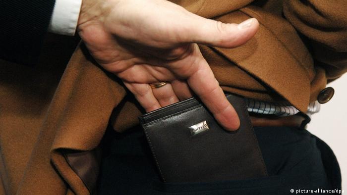 Taschendieb Symbolbild (Foto:Foto: Frank Mächler dpa)