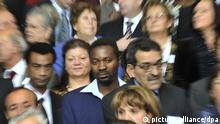 Migranten und Migrantinnen stehen am Mittwoch (01.10.2008) auf einer Treppe im Bundeskanzleramt in Berlin (Zoomeffekt). Deutschland sagt Danke!, unter diesem Motto würdigte die Bundeskanzlerin die Leistungen ausländischer Arbeitskräfte für Deutschland. Rund 200 Arbeitnehmerinnen und Arbeitnehmer der ersten Generation von Gast- und Vertragsarbeitern waren ins Bundeskanzleramt geladen. Foto: Rainer Jensen dpa/lbn +++(c) dpa - Bildfunk+++