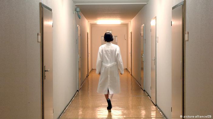 Ärztin auf Krankenhausflur (picture-alliance/ZB)