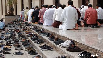 Schuhe beim Gebet auf Treppe
