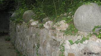 Kamene kugle u podnožju kule