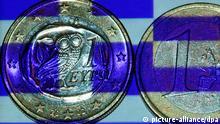 ILLUSTRATION - Die griechische Fahne wird am Dienstag (24.07.2012) in Schwerin auf griechische Euro-Münzen projiziert. Ein Staatsbankrott Griechenlands wird Medienberichten zufolge immer wahrscheinlicher. Die wichtigsten Geldgeber des Landes, allen voran Deutschland, sind nicht mehr bereit, der Regierung in Athen über die bisherigen Zusagen hinaus zu unterstützen. Foto: Jens Büttner dpa/lmv +++(c) dpa - Bildfunk+++