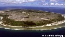 Blick auf die Südpazifik-Republik Nauru (Foto vom 11.9.2001). Auf das Eiland sollen die 437 Bootsflüchtlinge von dem norwegischen Frachter «Tampa» gebracht werden. Die Flüchtlinge sind derzeit an Bord des australischen Marinetransportschiffs «Manoora» auf dem Weg nach Papua-Neuguinea. Von dort sollen sie nach dem Willen der Regierung in Canberra nach Neuseeland und in die Südpazifik-Republik Nauru geflogen werden. Die «Manoora» hat bereits einen Großteil der Reise hinter sich. Die australische Regierung hat Berufung gegen eine Gerichtsentscheidung eingelegt, nach der die 437 Bootsflüchtlinge von dem norwegischen Frachter «Tampa» nun doch nach Australien einreisen dürfen. Nach dem Spruch des Bundesgerichts in Melbourne vom 11.9. war es rechtswidrig, die Flüchtlinge vor zwei Wochen auf dem Containerfrachter von bewaffneten Soldaten festsetzen zu lassen. pixel