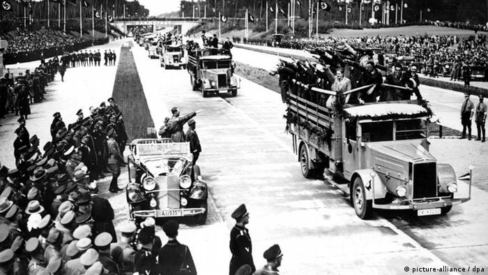 Hitler saúda operários do trecho da autobahn Frankfurt-Heidelberg em maio de 1935