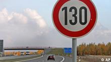 Ein Verkehrsschild mit Geschwindigkeitsbegrenzung auf 130 Stundenkilometer an der Autobahn A38, suedlich von Leipzig, aufgenommen am Mittwoch, 31. Okt. 2007. Die Forderung der SPD nach einem Tempolimit von 130 km/h auf deutschen Autobahnen ist am Wochenende 27./28. Okt. 2007 auf scharfen Widerspruch gestossen. (ddp images/AP Photo/Eckehard Schulz) ----A speed limit traffic sign stands on the motorway A38 southern of Leipzig, eastern Germany, on Wednesday, Oct. 31, 2007. (ddp images/AP Photo/Eckehard Schulz)