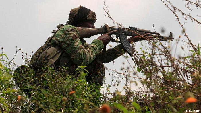 Soldat der Armee in DR Kongo mit einem Gewehr. (Foto: REUTERS/James Akena)