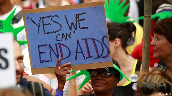 Aktivisten in Washington halten ein Plakat in die Höhe mit der Aufschrift ,Ja, wir können Aids beenden' (Foto: Reuters)