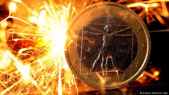 ILLUSTRATION - Funken einer Wunderkerze fliegen am Montag (08.08.2011) in Hannover über einer Euro-Münze aus Italien. Neben den Kursrutschen auf den weltweiten Aktienmärkten sorgt die europäische Schuldenkrise derzeit für zusätzlichen Zündstoff. Nur drei Wochen nach dem jüngsten Euro-Krisengipfel wird schon wieder über die Bewältigung der Krise gestritten. Die Europäische Zentralbank signalisierte am Sonntagabend den Ankauf von spanischen und italienischen Staatsanleihen. Foto: Julian Stratenschulte dpa/lni
