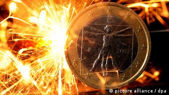 Euro coin on fire (Photo: Julian Stratenschulte dpa/lni)