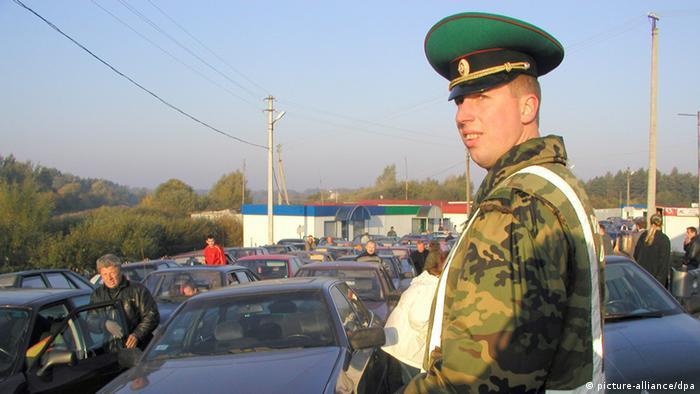 Ein russischer Grenzbeamter kontrolliert in Kaliningrad (ehemals Königsberg) am Übergang Bagrationowski (Preußisch Eylau) an der Grenze zu Polen und der EU den Grenzverkehr. (Aufnahme vom Juli 2005). Foto: Stefan Voß +++(c) dpa - Report+++