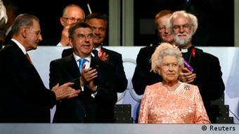 ملکه بریتانیا در نقش زن همراه جیمز باند در محل مراسم گشایش المپیک حضور یافت.