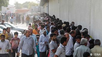 Auf dem Bild: Menschen stehen Schlange in Tehran um von der Regierung angebotene Hähnchen billiger zu kaufen. (Foto: ISNA)