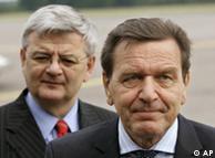 Gerhard Schröder en primer plano. Atrás, Joschka Fischer. (Archivo)