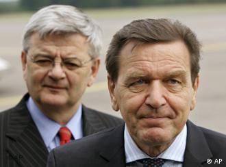 گرهارد شرودر و یوشکا فیشر، رئیس و مرئوس − حال هر دو علیه هم کار میکنند، در زمینهی گازرسانی به اروپا