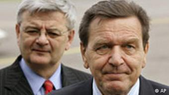 Bundeskanzler Gerhard Schroeder, rechts, und Bundesaussenminister Joschka Fischer, links