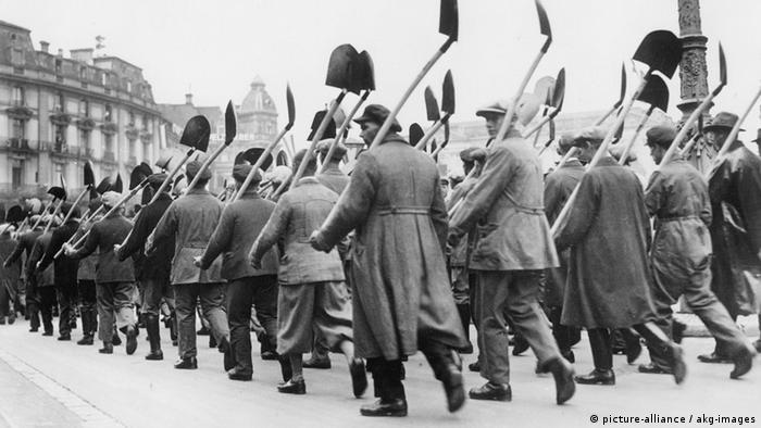 Bau der Reichsautobahn 1933 Bau der ersten Reichsautobahn Frank- furt am Main - Darmstadt - Mannheim, Baubeginn am 23. September 1933. - Die fuer die Bauarbeiten eingestellten Arbeitslosen mit ihren Arbeitsgeraeten auf dem Weg zur Baustelle. - Foto, 23. September 1933.