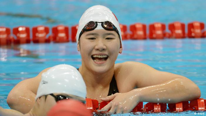 China's Ye Shiwen reacts after winning the women's 400-meter individual medley swimming final at the Aquatics Centre in the Olympic Park during the 2012 Summer Olympics in London, Saturday, July 28, 2012. Ye set a new world record with a time of 4:28:43. (Foto:David J. Phillip/AP/dapd)
