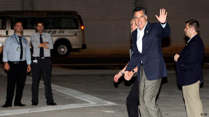 Republican presidential candidate and former Massachusetts Gov. Mitt Romney and wife Ann arrive in Tel Aviv, Israel, Saturday, July 28, 2012. (Foto:Charles Dharapak/AP/dapd).