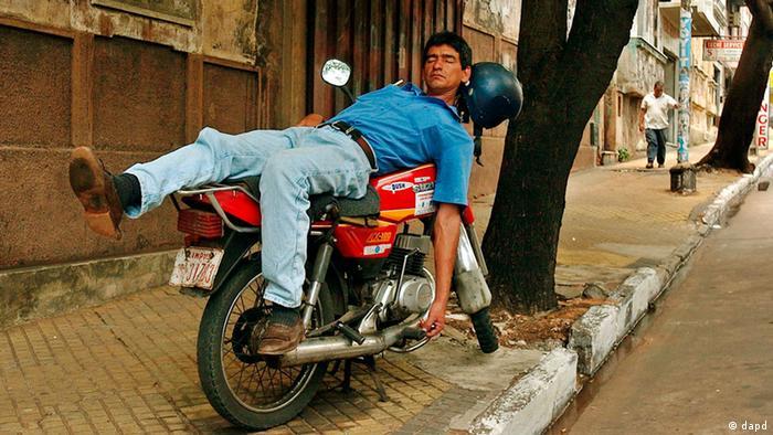 Muškarac spava na motociklu