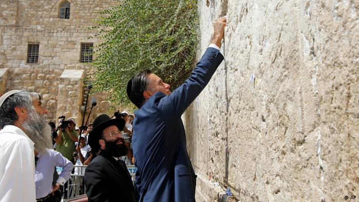Republican presidential candidate and former Massachusetts Gov. Mitt Romney places a prayer note as he visits the Western Wall in Jerusalem, Sunday, July 29, 2012. (Foto:Charles Dharapak/AP/dapd).