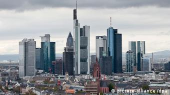 Frankfurt skyline Foto: Frank Rumpenhorst dpa/lhe