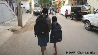 Shalini (left) and her sister on her way back home from school (photo: DW/P. Chandavarkar)