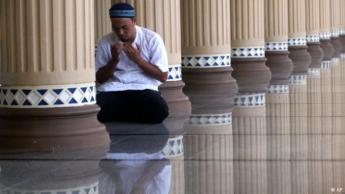 A Muslim man prays at Baiturrahman Grand Mosque in Banda Aceh, Indonesia, Monday, Aug. 8, 2011 (ddp images/AP Photo/Heri Juanda)