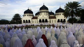 Indonesian Muslims perform Eid al-Adha prayers at Baiturrahman Grand Mosque, Banda Aceh, (Photo: ddp images/AP Photo/Heri Juanda)