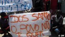 Demonstranten protestieren in Benguela (Süd-Angola) gegen die Ernennung von Suzana Inglês zur Chefin der Nationalen Wahlkomission Angolas (CNE) und gegen die Regierung der herrschenden Partei MPLA unter Präsident José Eduardo dos Santos. DW/ Nelson Sul D'Angola Wann wurde das Bild gemacht: 13.02.2012 Wo wurde das Bild aufgenommen: Benguela (Angola)