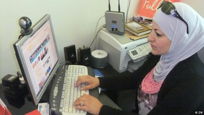 Symbolbild Frau arbeitet am Computer