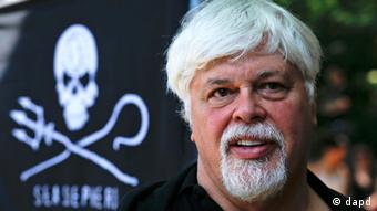Paul Watson, founder and President of the animal rights and environmental group Sea Shepherd Conservation takes part in a demonstration against the Costa Rican government near Germany's Presidental residence during a visit of Costa Rica's president Laura Chinchilla in Berlin, Germany. Japan had asked Germany to arrest Paul Watson, the founder of environmental group Sea Shepherd, days before he skipped bail and apparently fled the country. The Japanese embassy in Berlin confirmed in a statement to The Associated Press on Thursday July 26, 2012 that it submitted its request to German authorities July 19. Three days later Watson - who was free on 250,000 euro (US $320,000) bail in Germany pending a separate extradition request from Costa Rica _ last reported to authorities. Watson and his group have repeatedly clashed with fishing fleets they accuse of illegally hunting whales, sharks and other endangered sea animals. (Foto:Markus Schreiber, File/AP/dapd)