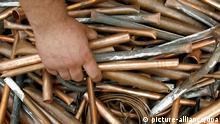 ARCHIV - ILLUSTRATION - Blick auf Kupferrohre, aufgenommen am 20.09.2007 in Leipzig. Vor dem Landgericht Rostock hat am Dienstag der Prozess gegen sechs Männer begonnen, die wegen einer Serie von Buntmetall-Diebstählen im großen Stil angeklagt sind. Die Taten der Angeklagten im Alter von 25 bis 52 Jahren verursachten laut Anklage einen Gesamtschaden von rund 500 000 Euro. Foto: Peter Endig dpa/lmv (zu lmv 0312 vom 13.12.2011) +++(c) dpa - Bildfunk+++