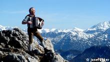 Auf dem Bild: Josef Ecker mit Ziehharmonika auf einer Bergspitze. Rechte: Josef Ecker