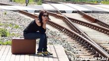 Warten am Bahnsteig © Ralph Maats #32760017 20-30 bahn bahnhof bahnsteig entspannt erholung frau freude gleise jung koffer mensch person reisekoffer reisen reisetasche schauen schiene sehen sitzen sonne studentin tag tageslicht tasche textfreiraum urlaub warten weiblich zufrieden