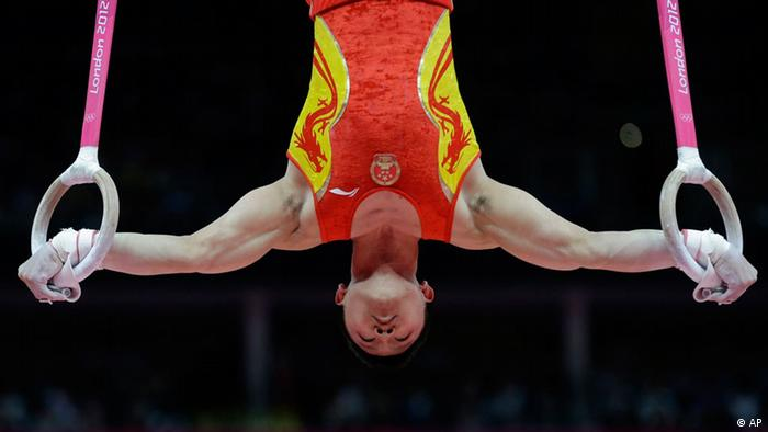 Chinese gymnast Chen Yibing performs on the rings during the Artistic Gymnastic men's team final at the 2012 Summer Olympics, Monday, July 30, 2012, in London. (Foto:Julie Jacobson/AP/dapd)
