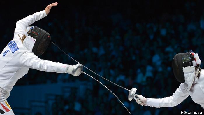 Britta Heidemann (l) kämpft bei Olympia 2012 gegen Yana Shemyakina (Foto: ALBERTO PIZZOLI/AFP/GettyImages)