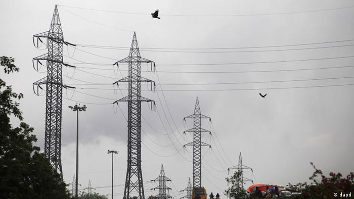Birds fly next to high tension electrical towers on the outskirts of New Delhi, India, Monday, July 30, 2012. Northern India's power grid crashed Monday, halting hundreds of trains, forcing hospitals and airports to use backup generators and leaving 370 million people, more than the population of the United States and Canada combined sweltering in the summer heat. The blackout, the worst to hit India in a decade, highlighted the nation's inability to feed a growing hunger for energy as it strives to become a regional economic power.(Foto:Altaf Qadri/AP/dapd)
