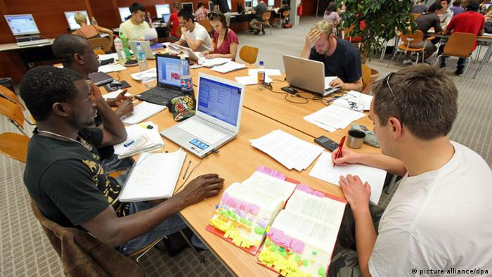 Lerngruppe in der Universität Hamburg (Foto: Bodo Marks dpa/lno)