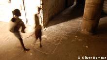 #DSC_1114.JPG Titel: Grande Hotel da Beira Schlagworte: Grande Hotel, verlassenes Hotel, Armut, Beira, Sofala, Mosambik Ort: Beira, Mosambik Fotograf: Oliver Ramme Datum: 30.04.2011 Beschreibung: Während der portugiesischen Kolonialzeit wurde 1954 das Grande Hotel da Beira als eine der luxuriösesten Unterkünfte in Mosambik erbaut. Nach der Unabhängigkeit diente das Hotel Flüchtlingen als Notunterkunft. Bis heute leben ca. 4.000 Menschen im Hotel. Das Hotel hat nie wieder für Touristen eröffnet. Kinder beim Hüpfspielen im Inneren des Hotels.